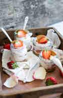 Joghurt-Dessert mit Erdbeeren und Rosenblüten © Stephanie Just | Meine Küchenschlacht