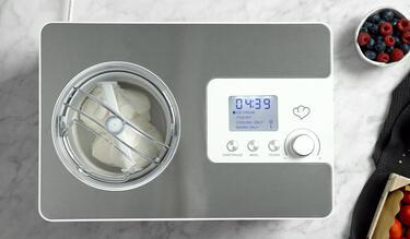 Frozen Joghurt in einer Eismaschine
