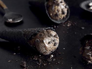Selbstgemachtes Oreo-Eis in schwarzer Waffel