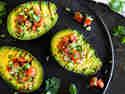 Gegrillte Avocado mit Tomatensalsa gefüllt auf Teller