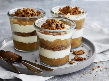 Apfel Crumble mit Cheesecake-Creme im Glas