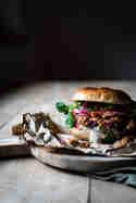 Jackfruit Burger mit eingelegten Zwiebeln © Janine Hegendorf | Nuts and Blueberries