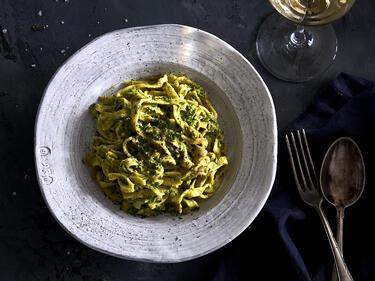 Kichererbsen-Pasta mit Erbsen-Basilikum-Pesto