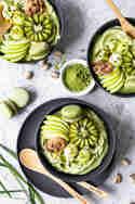 Grüne Nicecream mit Pistazie, Matcha und Obst-Topping © Vera Wohlleben | Nicest Things
