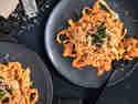 Tomaten-Sahne-Sauce mit Tagliatelle