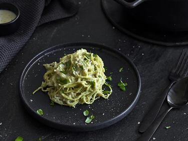 Vegane Pasta-Alfredo mit Erbsen-Spaghetti