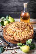 Birnenkuchen mit Haselnuss-Streusel, karamellisierten Birnen und Butterscotch © Vera Wohlleben | Nicest Things