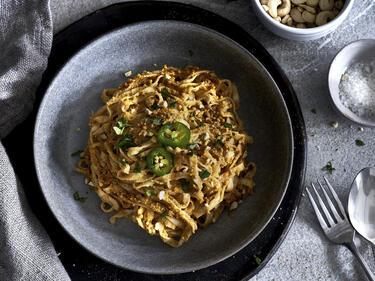 Avicado-Tagliatelle mit veganem Paprika-Pesto
