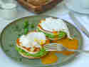Vegetarische Eier Benedikt mit Erbse & Halloumi © Julia Weigl | Delicious Stories