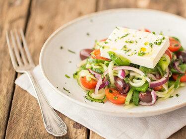 Griechisch angehauchter Gurkensalat mit Feta