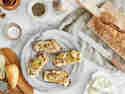 Crostini mit Blauschimmelkäse, Birnen und Pecannüssen