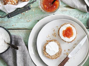 Haferflocken-Brötchen mit Quark und Pfirsichmarmelade