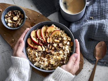 Veganes Porridge mit Apfel und Zimt