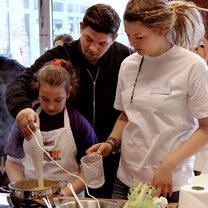 Tim Mälzer gibt Expertentipps beim Klasse, Kochen! Wettbewerb