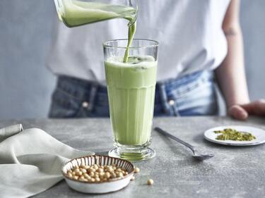 Vegane Matcha Latte mit Sojamilch