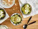 Matcha-Eiscreme mit getoasteten Kokos-Chips