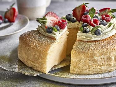 Japanischer Käsekuchen: Cotton cake mit grüner Matcha-Sahne und frischen Beeren