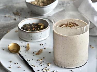 Veganer Proteinshake mit Chai-Gewürzen