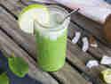 Zweifarbiger Smoothie mit Apfel und Spinat