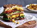 Veganes Frühstückssandwich mit Rührtofu und Tempeh-Bacon