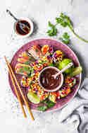 Vegane Sommerrollen mit Regenbogen Salat und Mango © Vera Wohlleben | nicest things