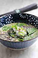 Thailändische Spinatsuppe mit schwarzen Reisnudeln © Daniela | Glücksgenuss