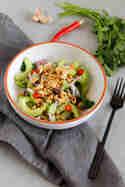 Asiatischer Gurkensalat mit Erdnüssen & geröstetem Knoblauch © Ines Karlin | Münchner Küche