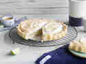 Vegane Limettentarte mit Eischnee aus Kichererbsenwasser auf Kuchengitter angeschnitten