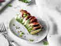 Hasselback Zucchini mit Mozzarella und Salami