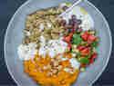 Levante-Bowl mit Freekeh, Karottenhummus und Salzzitronen-Joghurt © Stefanie Hiekmann | schmecktwohl